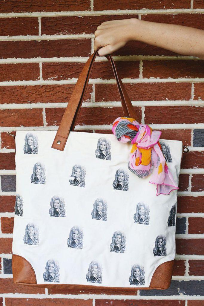 Бело-коричневая сумка с изображениями