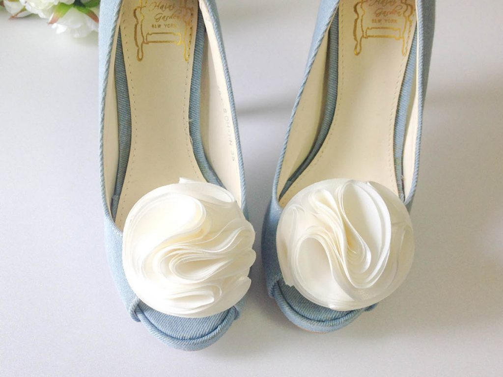 Украшение туфель белым бантом