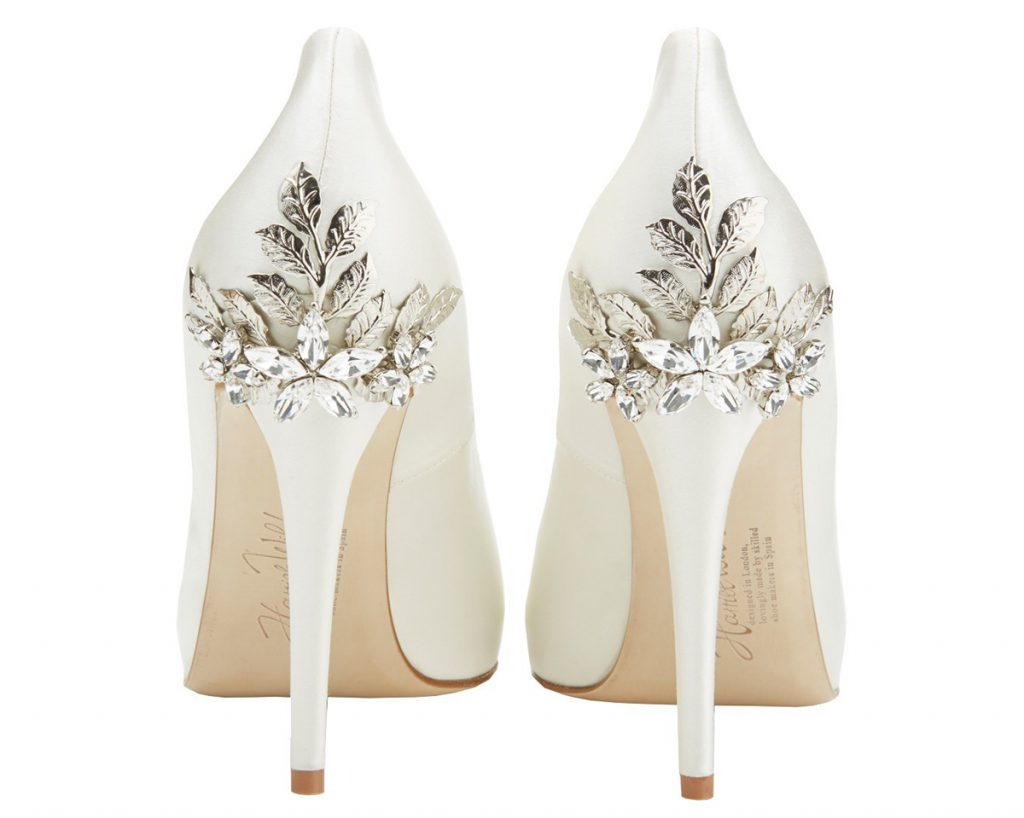 Белые туфли украшенные металлическим декором и стразами