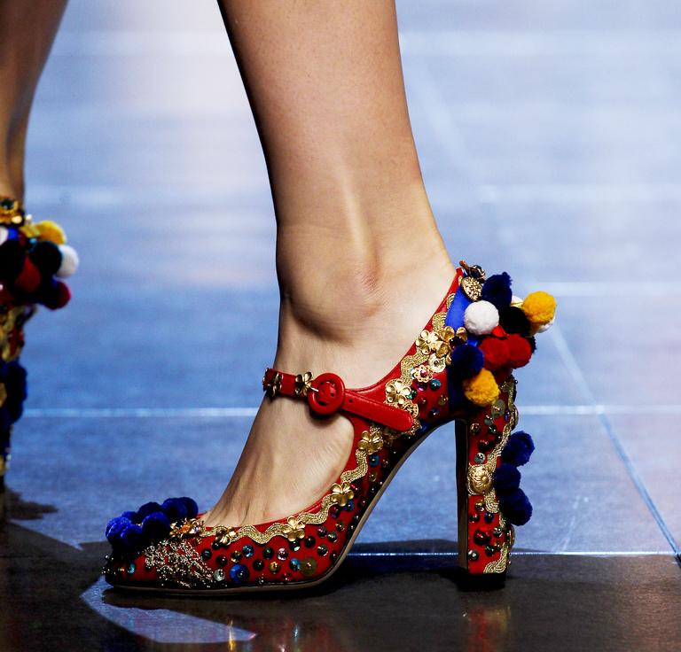 Украшение красных туфель разным декором