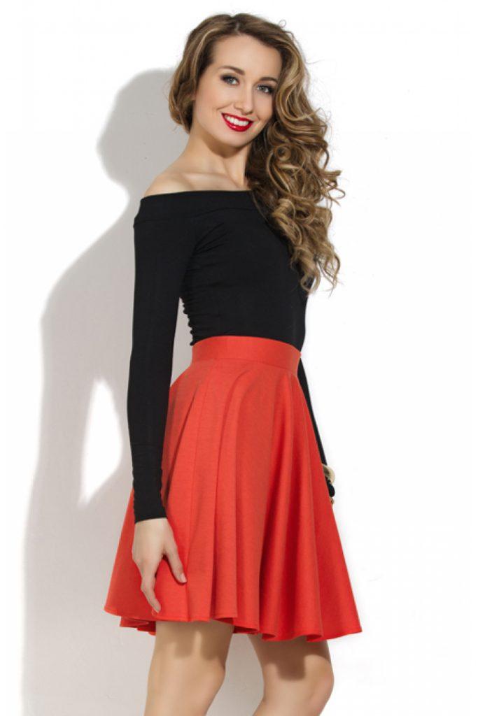 Черная кофта с открытыми плечами с красной юбкой