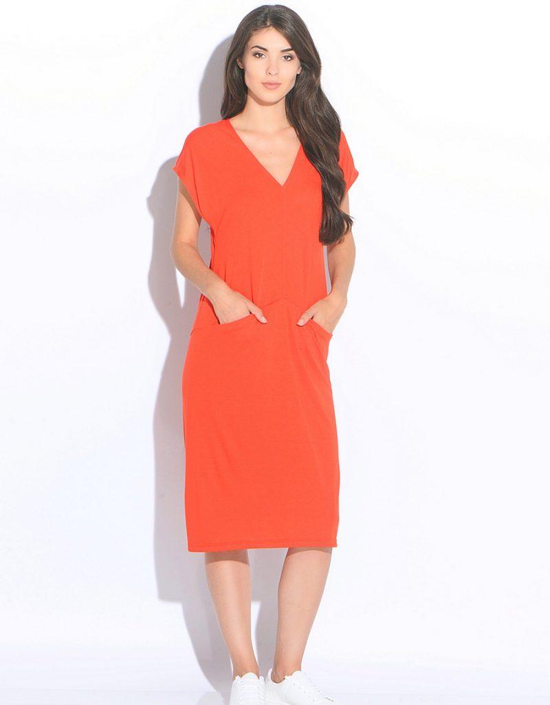 Свободное коралловое платье с кедами