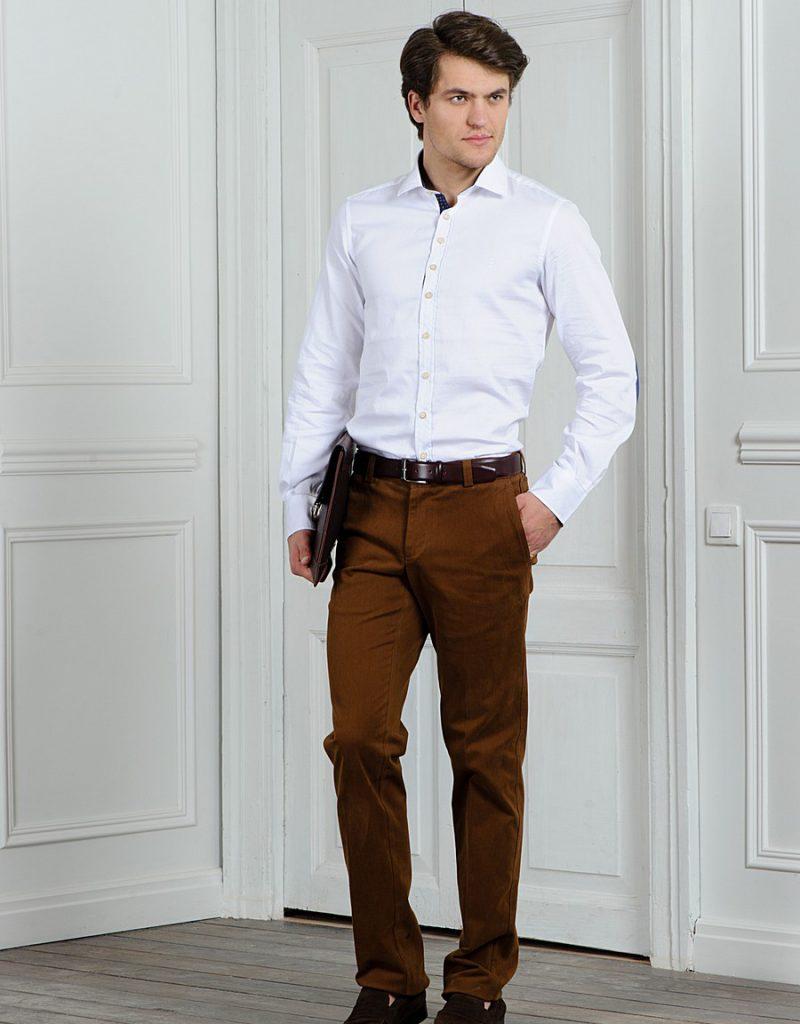 Коричневые мужские брюки с белой рубашкой
