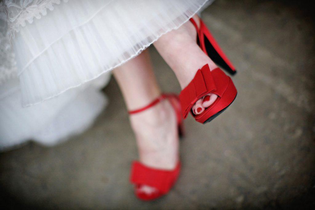 Красные свадебные туфли с белым платьем
