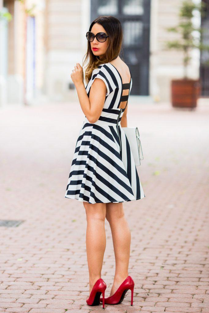 Красные туфли с черно-белым платьем в полоску