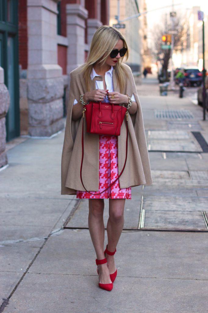 Красные туфли с бежевым пальто