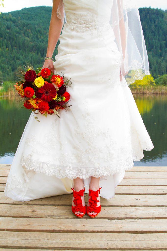 Красные туфли с белым свадебным платьем