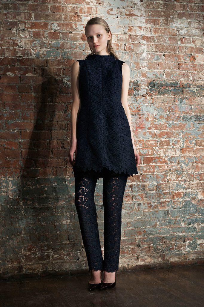 Черные кружевные брюки с черной туникой