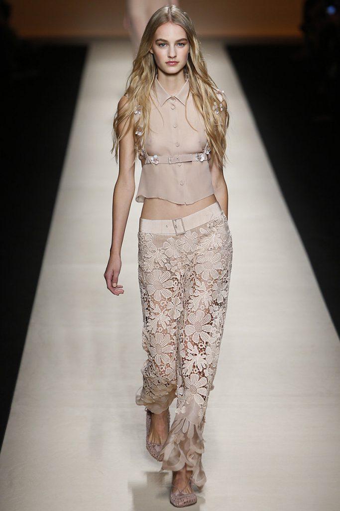Бежевые кружевные брюки с шифоновой блузкой