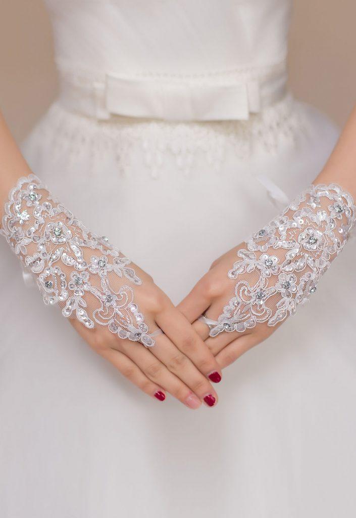 Короткие белые свадебные кружевные перчатки без пальцев со стразами