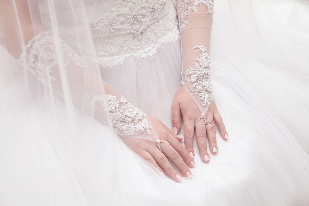 Средние белые свадебные кружевные перчатки без пальцев с вышивкой