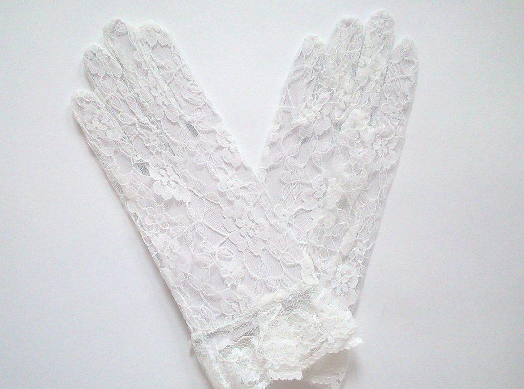 Стильные белые кружевные перчатки