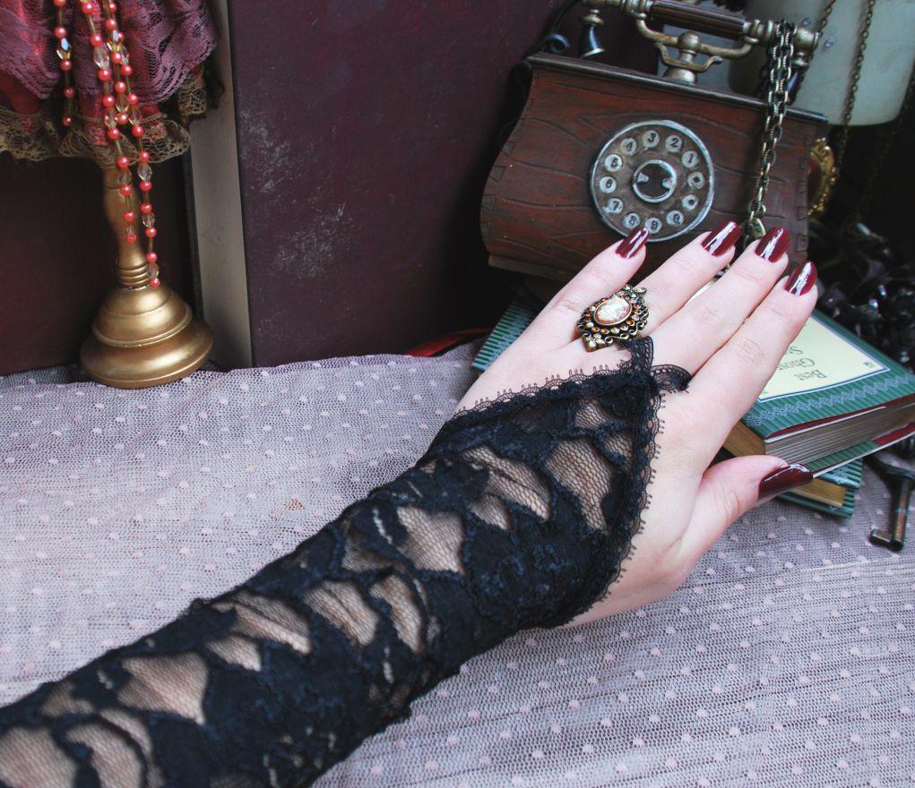 Черные длинные кружевные перчатки без пальцев