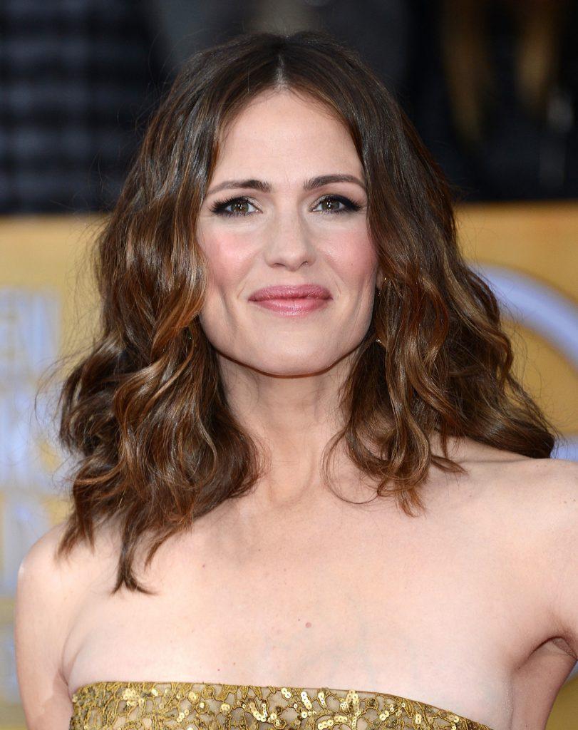 Длинная стрижка на коричневые волосы для женщины 30 лет