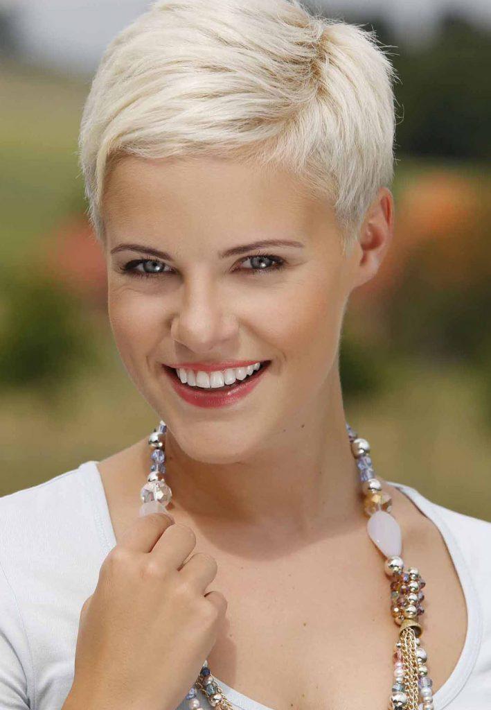 Короткая стрижка на светлые волосы для женщины 30 лет