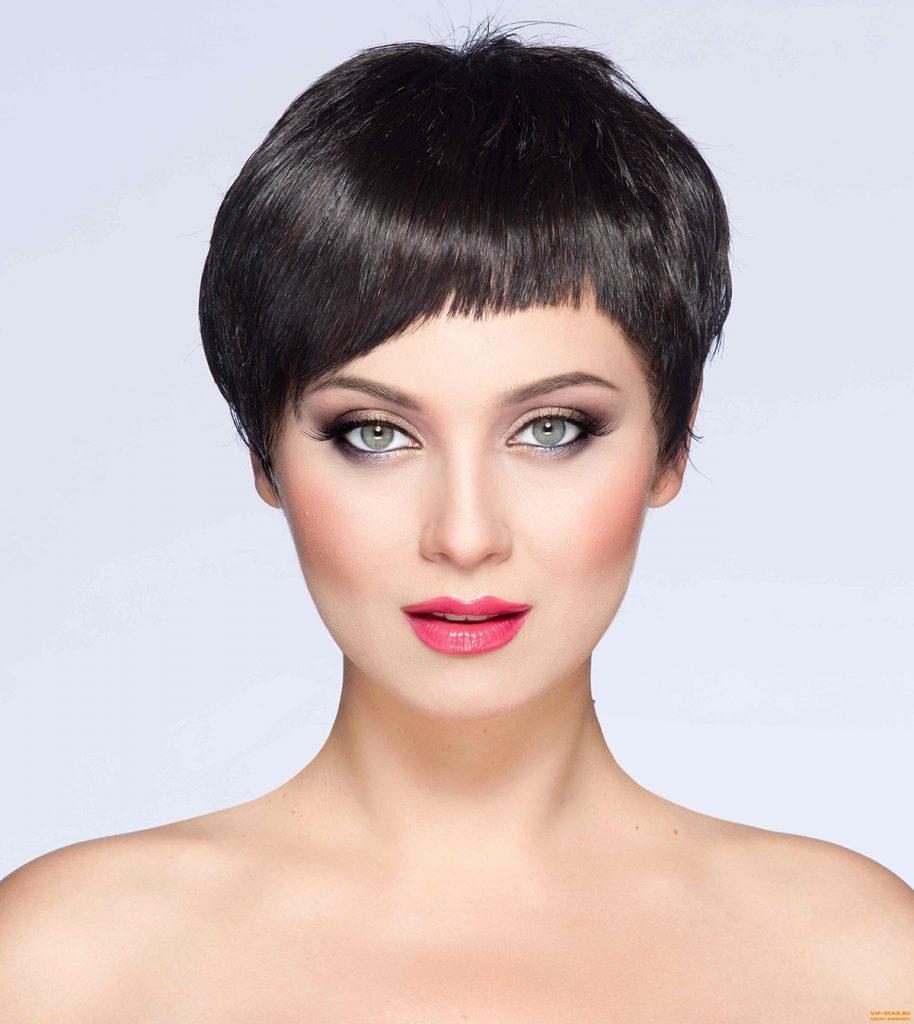 Короткая стрижка с косой челкой для женщины 30 лет