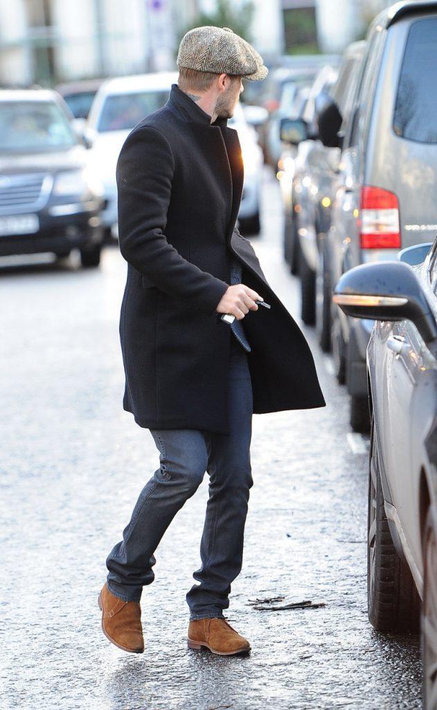 Коричневые замшевые мужские полусапоги с джинсами и пальто