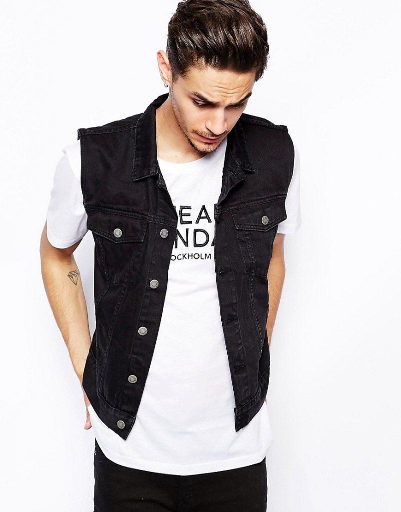 Мужской джинсовый жилет с белой футболкой