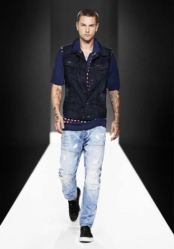 Мужской джинсовый жилет с разноцветной футболкой