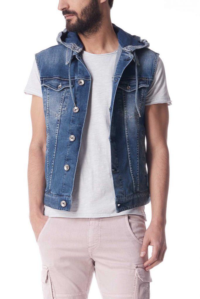 Мужской джинсовый жилет с бежевыми брюками