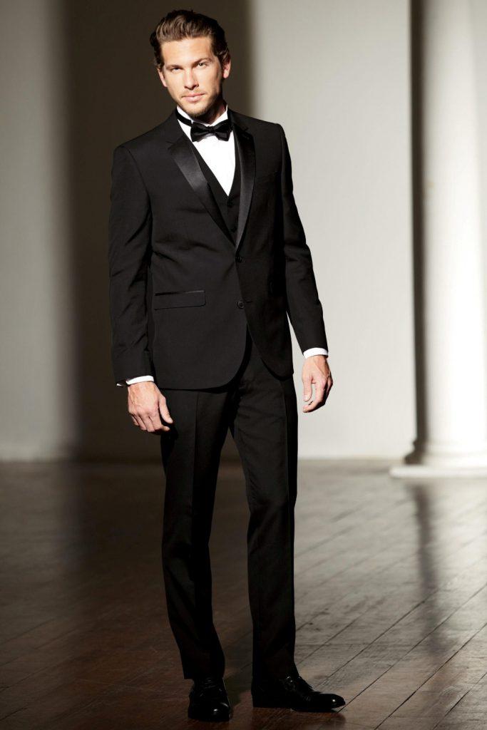 Черный стильный мужской смокинг c белой рубашкой