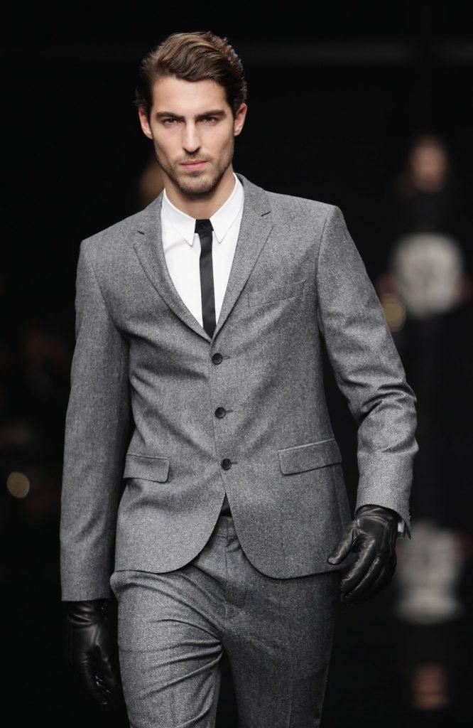 Серый мужской смокинг c черно-белой рубашкой