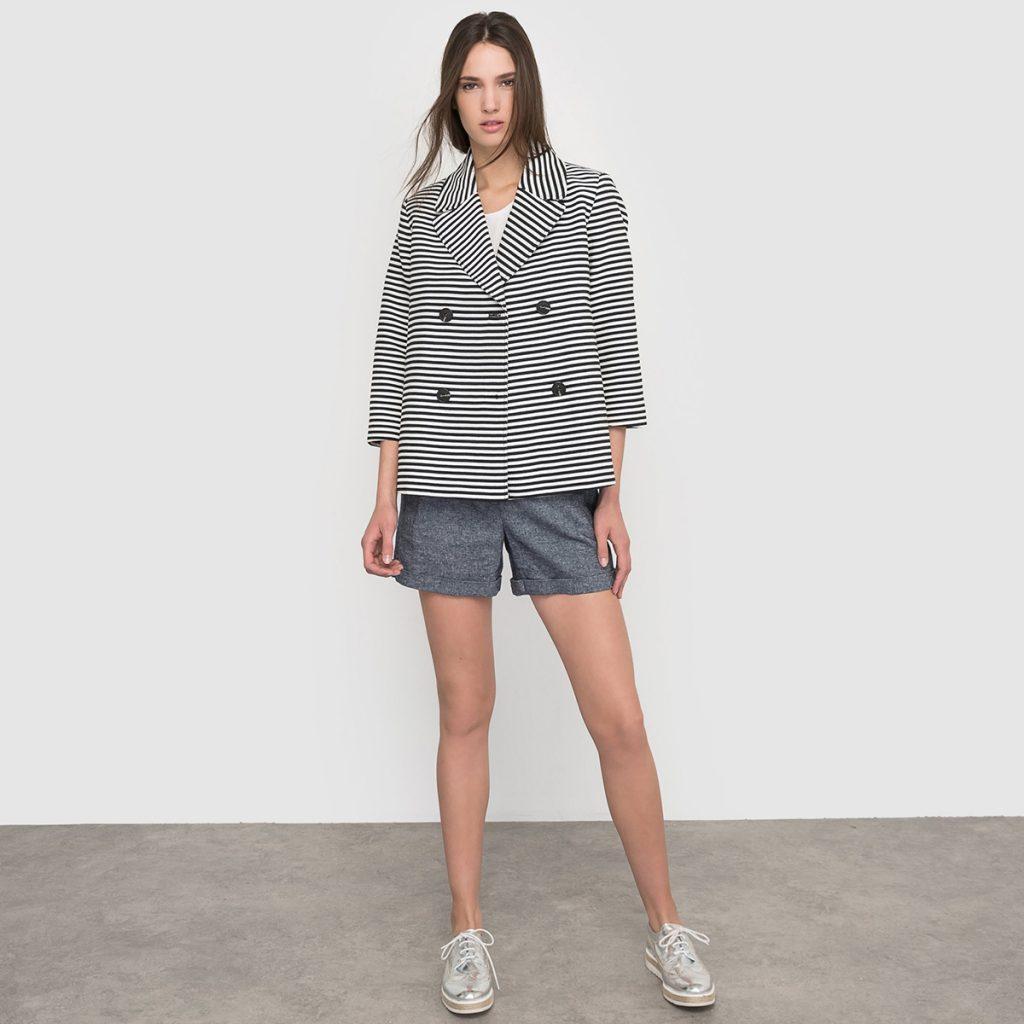 Женский жакет в полоску с серыми шортами