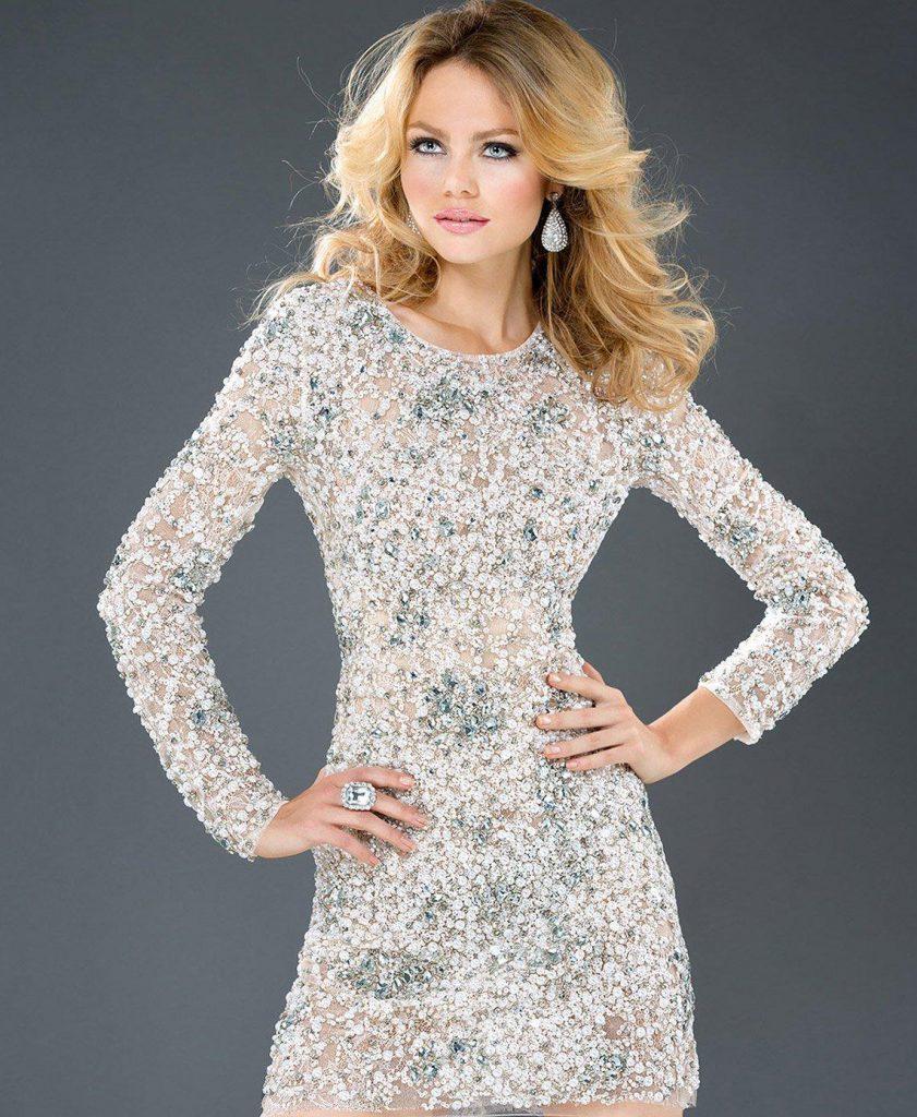 Красивое короткое платье с камнями