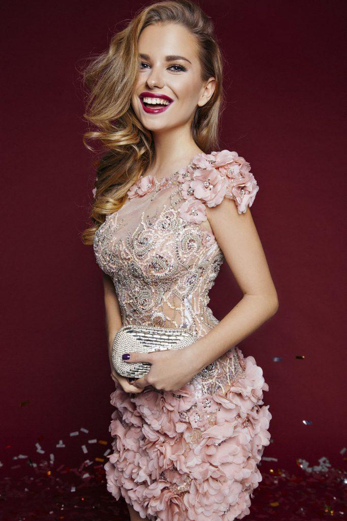 Коктейльное розовое платье с камнями