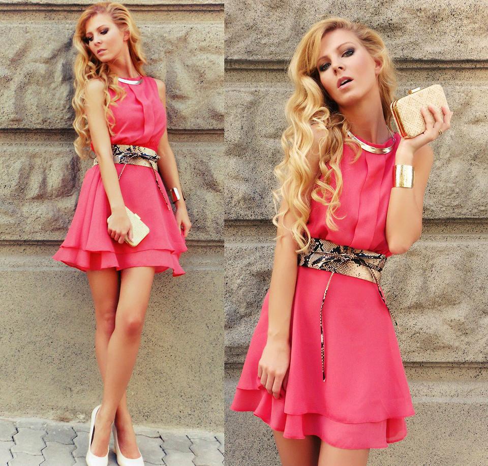 Розовое платье с золотистыми элементами