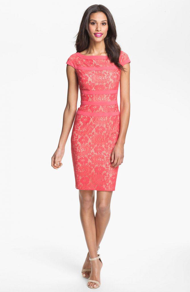 Розовое платье с кремовыми туфлями
