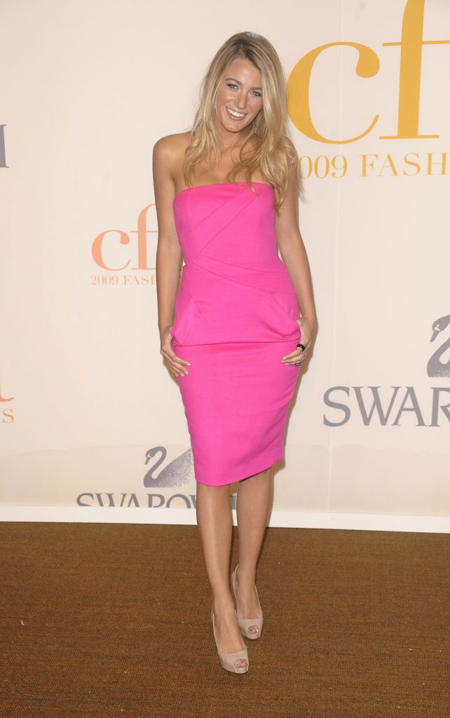 Розовое платье с бежевыми туфлями