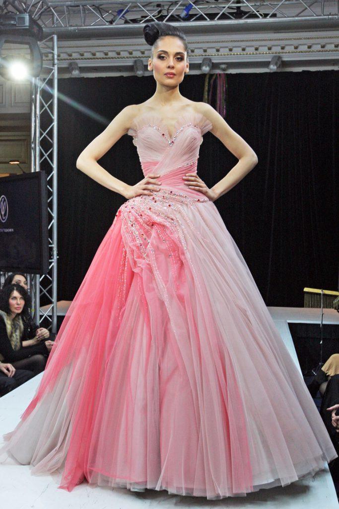 Роскошное розовое свадебное платье со стразами