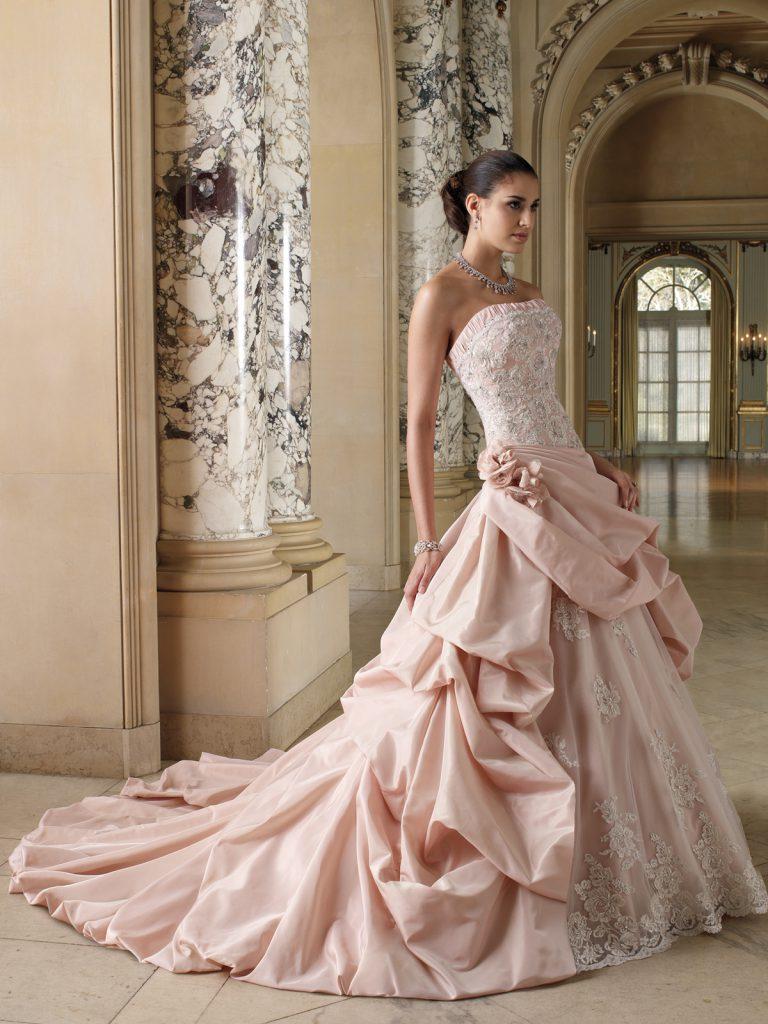 Розовое свадебное платье с вышивкой