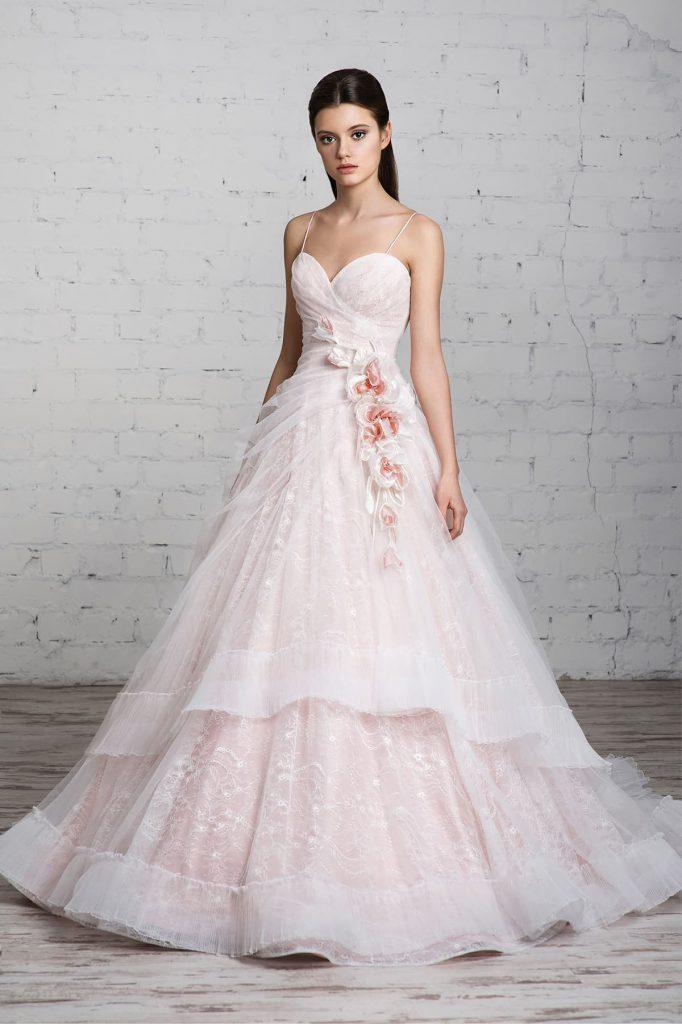Пышное розовое свадебное платье с вышивкой