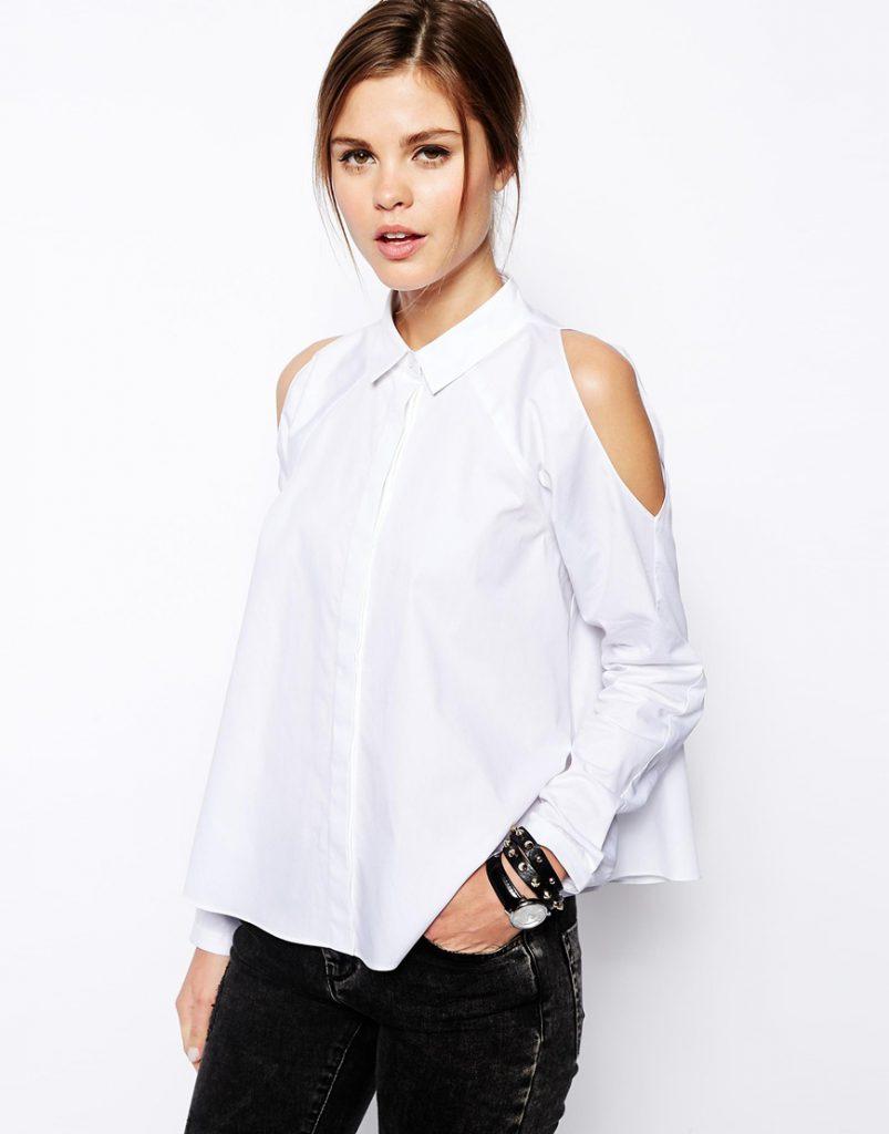 Белая рубашка с открытыми плечами с черными джинсами