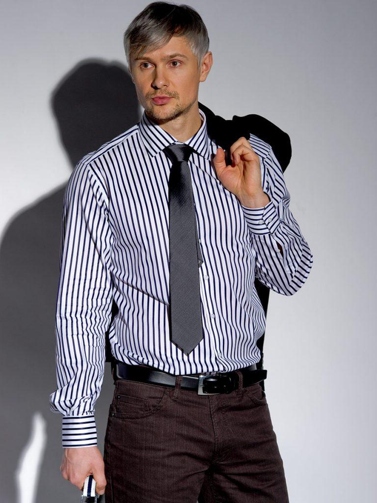 Мужская черно-белая рубашка в полоску с коричневыми брюками
