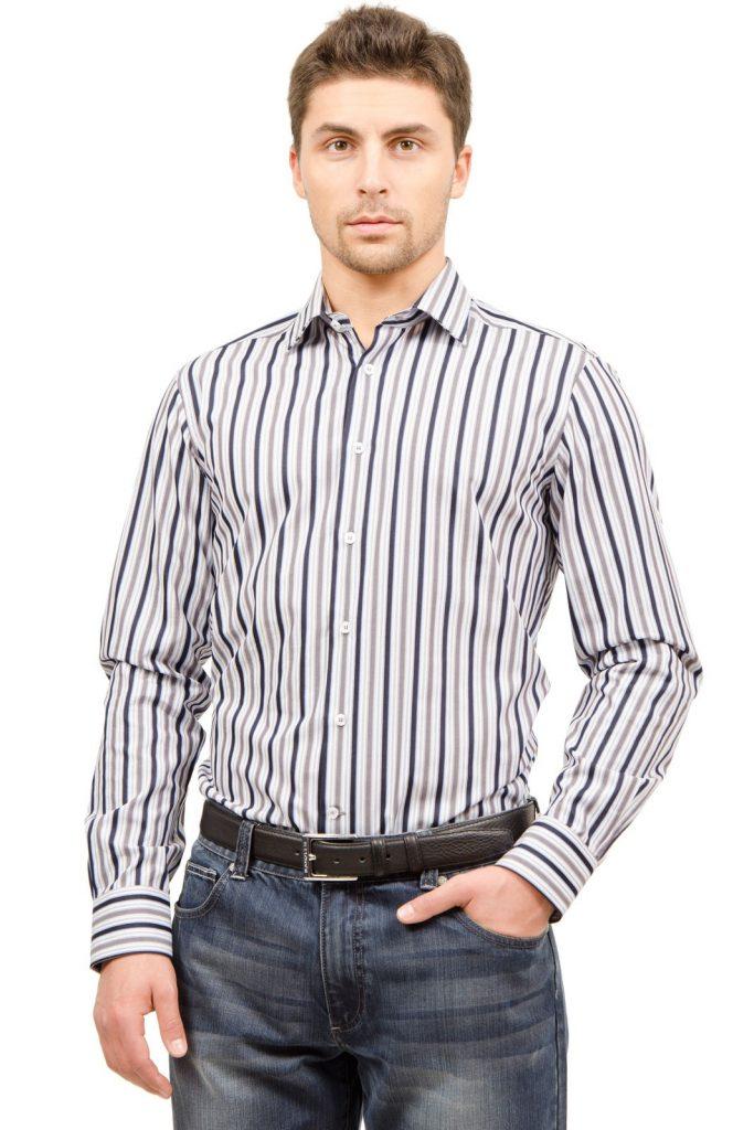 Полосатая мужская рубашка с джинсами