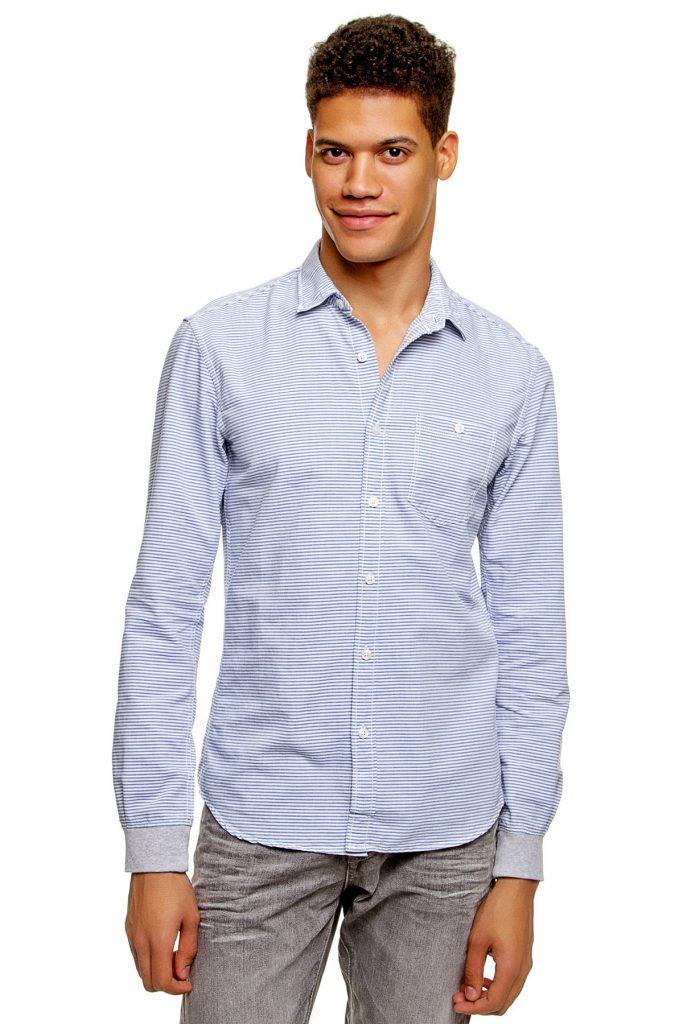 Мужская сине-белая рубашка в полоску с серыми джинсами