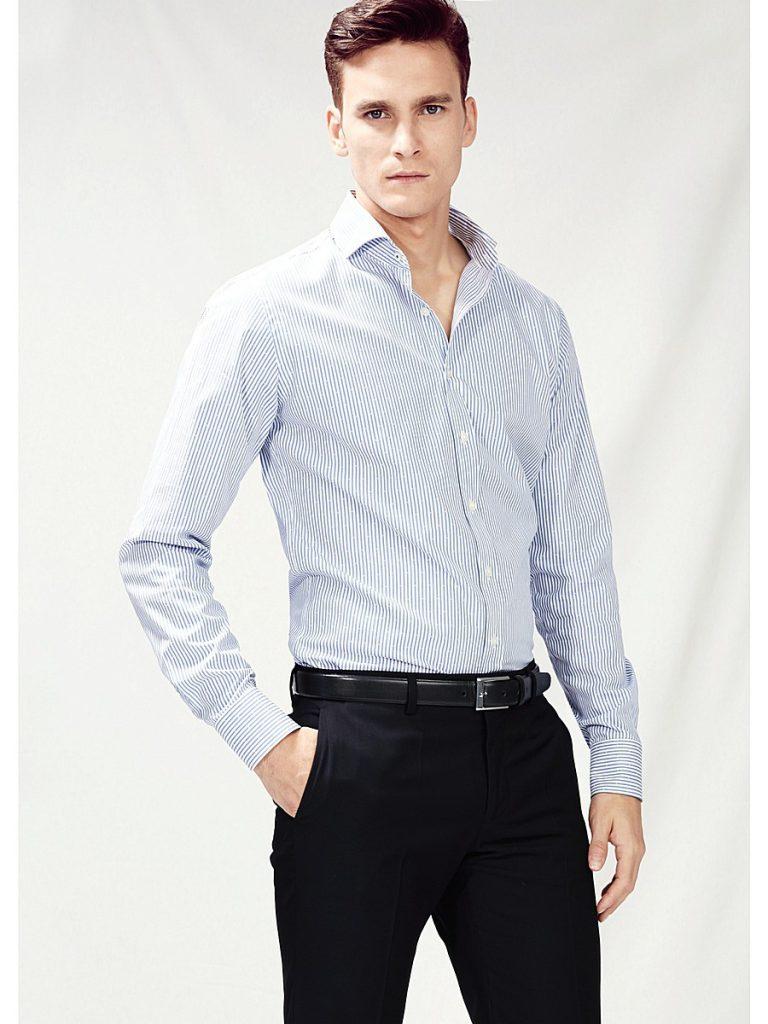 Мужская черно-белая рубашка в полоску с черными брюками