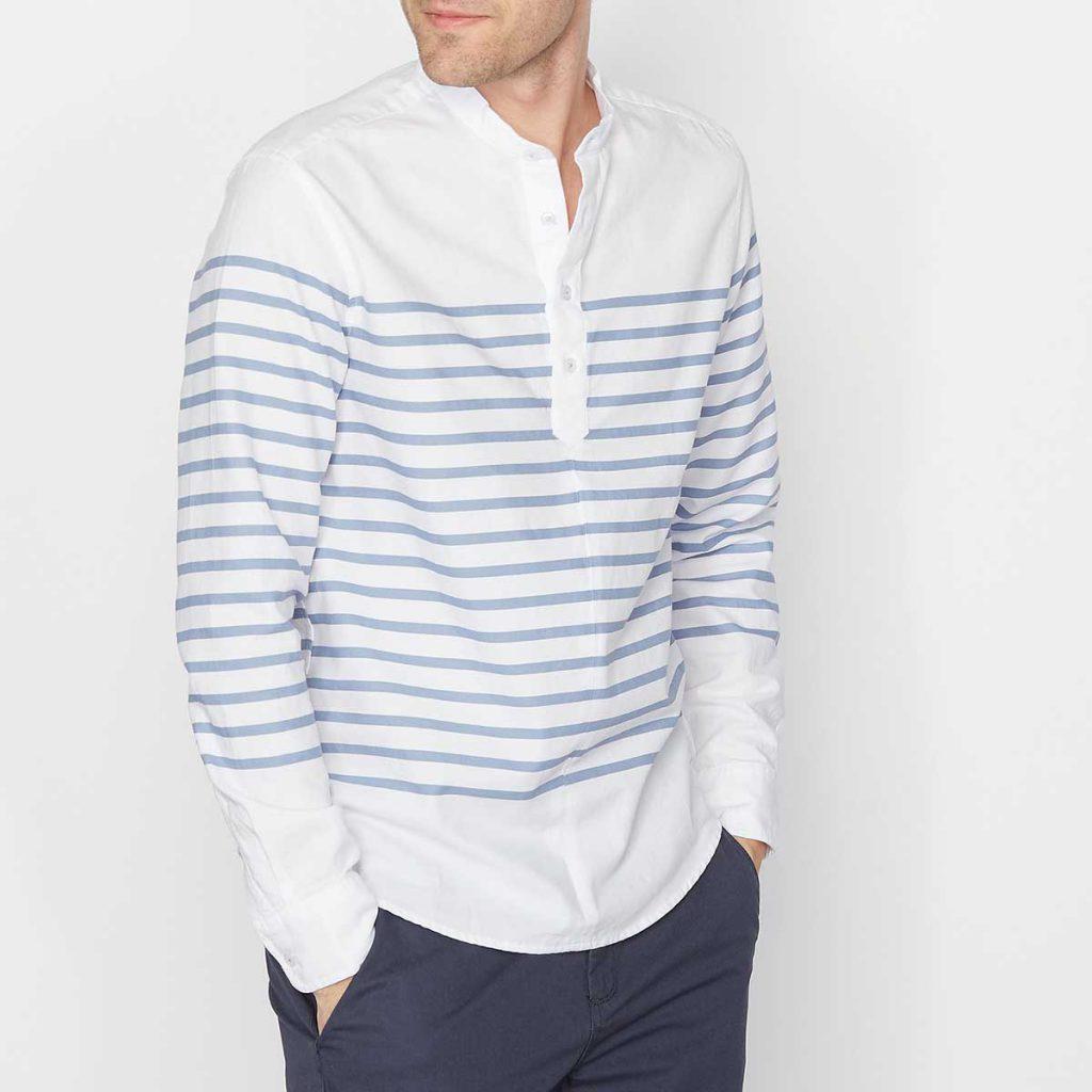 Мужская свободная сине-белая рубашка в полоску с серыми брюками