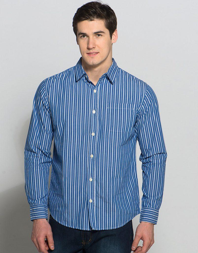 Мужская сине-белая рубашка в полоску с джинсами