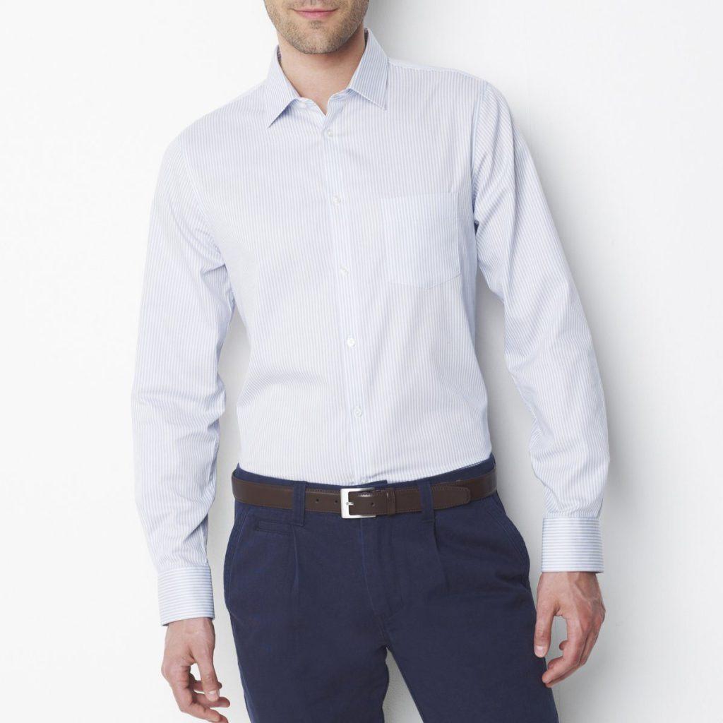 Мужская серо-белая рубашка в полоску с синими брюками