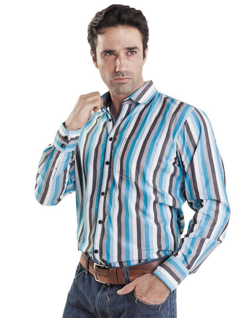 Мужская разноцветная рубашка в полоску с джинсами