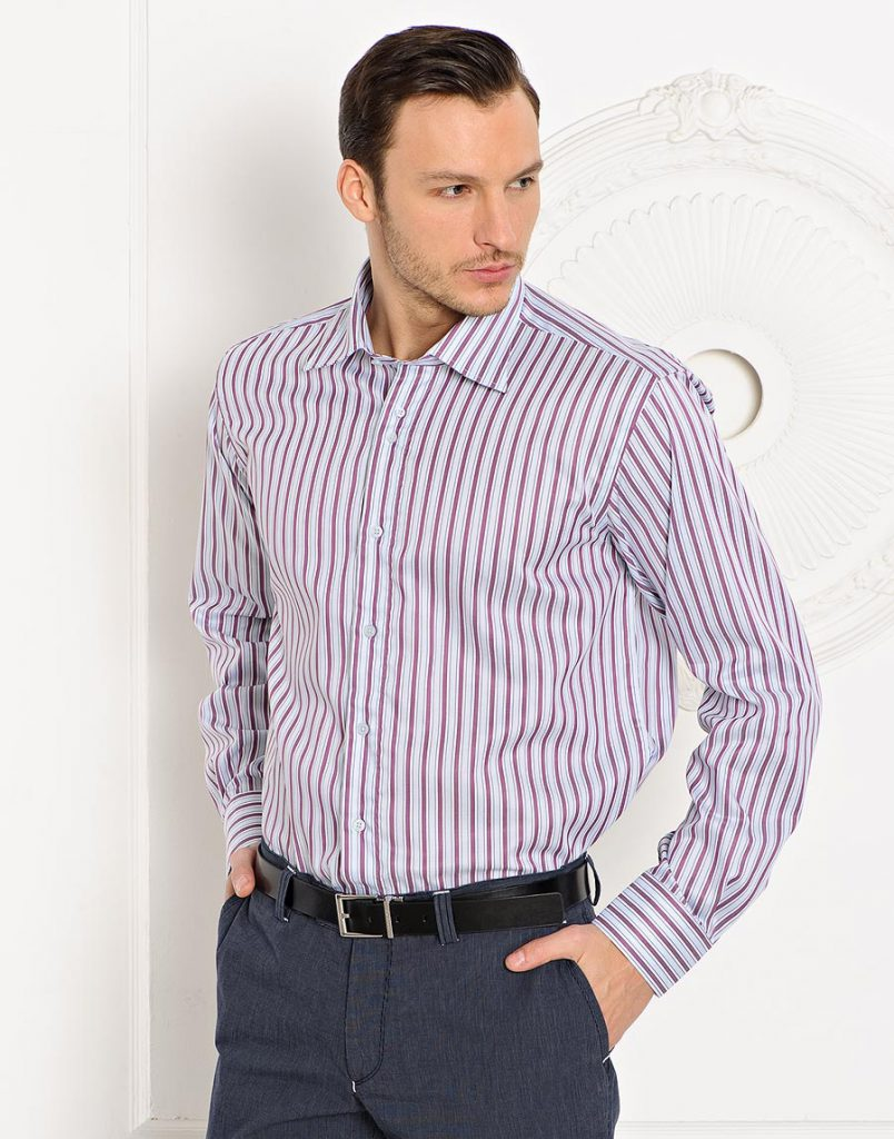 Мужская розово-белая рубашка в полоску с черными брюками
