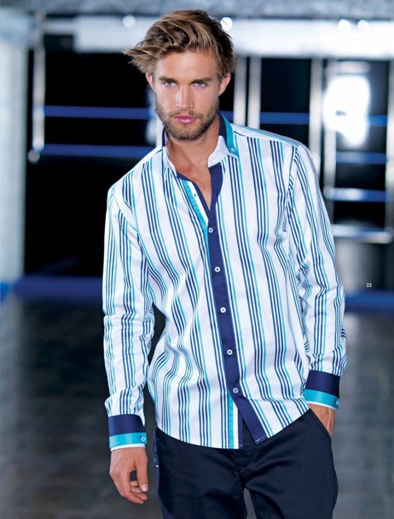 Мужская белая рубашка в бирюзово-синюю полоску с черными брюками