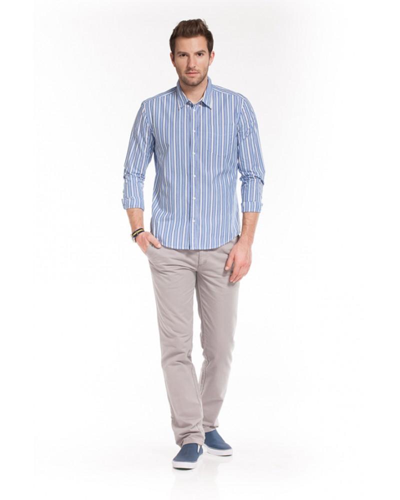 Полосатая мужская рубашка с серыми брюками