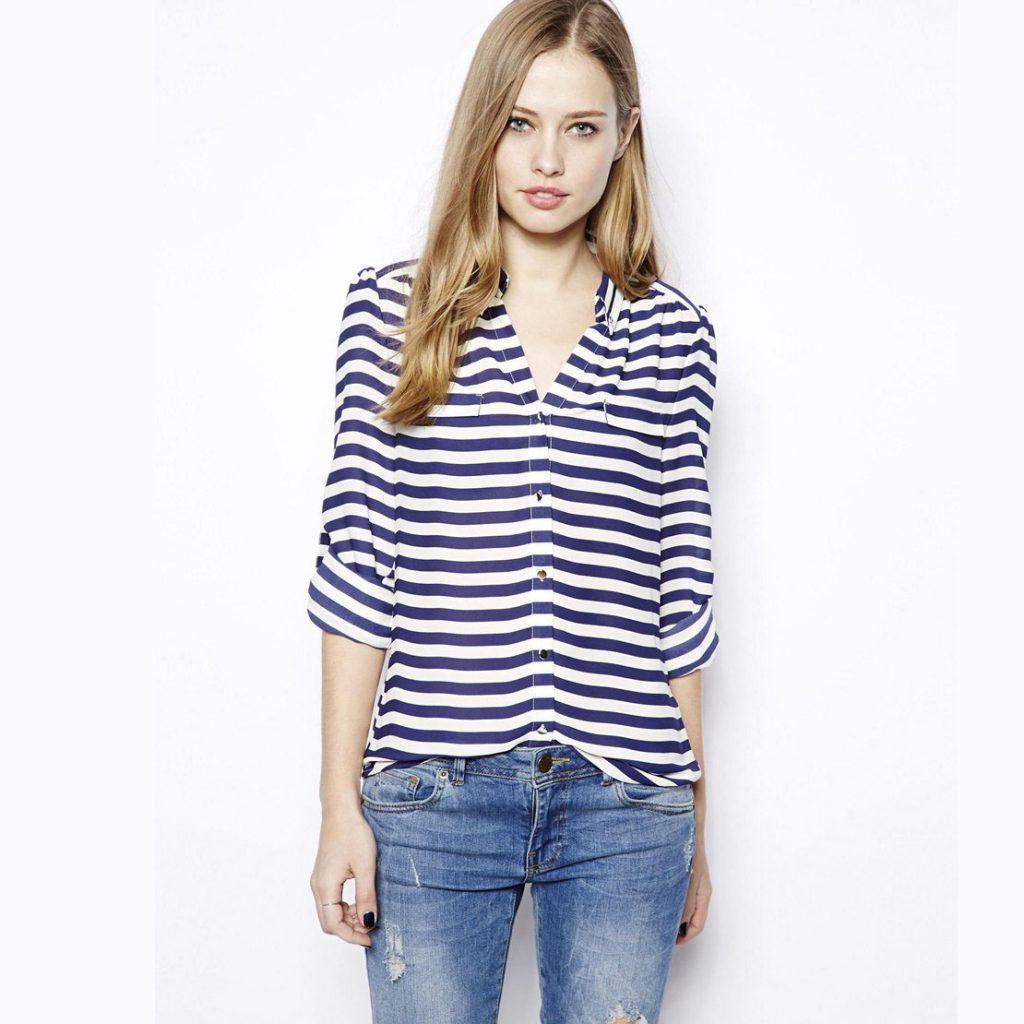 Сине-белая женская рубашка в горизонтальную полоску с джинсами