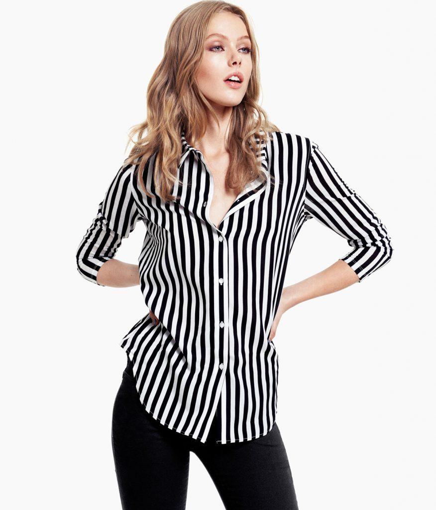 Женская рубашка в полоску с черными брюками