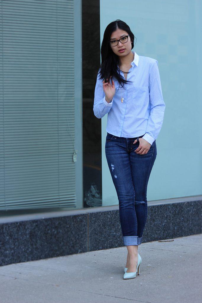 Голубая женская рубашка в полоску с джинсами